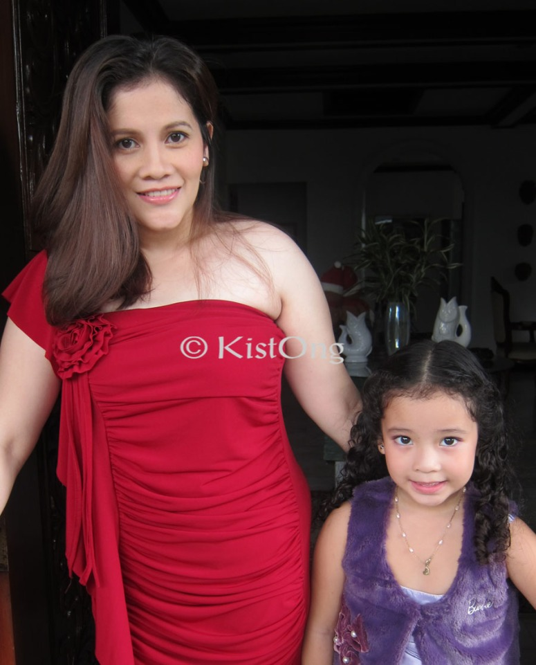 We think Tita Joy looks like Bea Alonzo here. Don't you think so, too? :)
